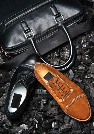 Close-up van de schoenen van een zakenman en zijn zakelijke tas