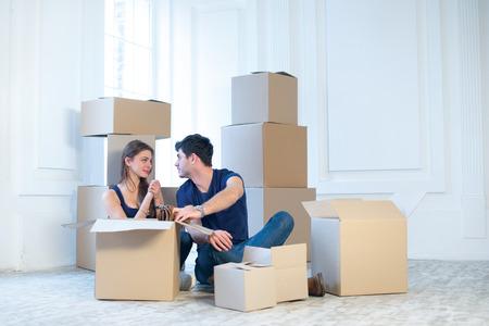 Dmnager Et La Rparation DUne Nouvelle Vie Couple Amoureux Tire