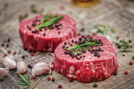 Lammsteaks. Frische und schöne Lammfilet auf einem Holztisch. Köstliche Fleischschafe.