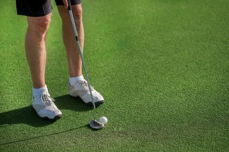 Professional Golf Course. Golfer bedrijf aa club en gaat naar de golfbal te slaan.