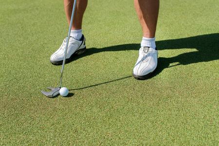 De golf dag. Golfer bedrijf aa club en gaat naar de golfbal te slaan. Stockfoto