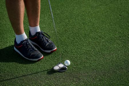 Professional Player spelen op de golfbaan. Golfer bedrijf aa club en gaat naar de golfbal te slaan.