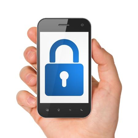 Mano que sostiene el smartphone con el candado cerrado en la pantalla. Gen�rico tel�fono m�vil inteligente en la mano sobre fondo blanco. Foto de archivo