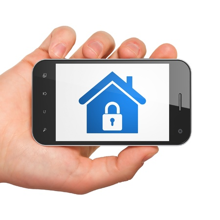 Protecci�n de las manos sosteniendo concepto smartphone con pantalla de Inicio Gen�rico tel�fono inteligente m�vil en la mano sobre fondo blanco Foto de archivo