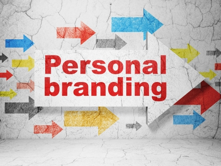 Marketing concept: pijl whis Personal Branding op grunge getextureerde betonnen muur achtergrond, 3d render