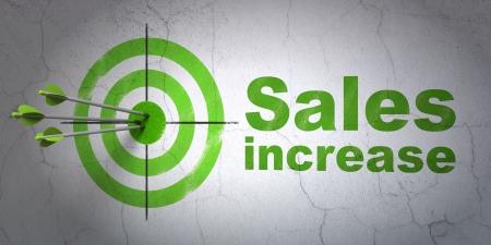 Succès concept de marketing: flèches frapper le centre de la cible, les ventes vert Augmentation sur fond de mur, rendu 3d Banque d'images