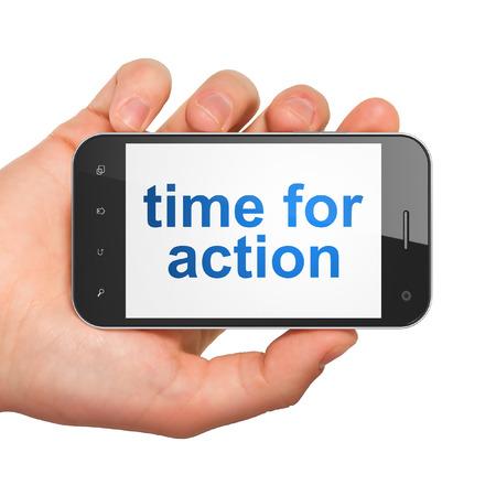 chronologie: Concept de sc�nario: main tenant smartphone avec mot est temps d'agir sur l'affichage. T�l�phone portable � puce sur fond blanc, rendu 3d