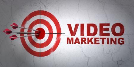 成功ビジネス コンセプト: 矢印のターゲット、壁の背景、3 d のレンダリングに赤ビデオ マーケティングの中心を押す
