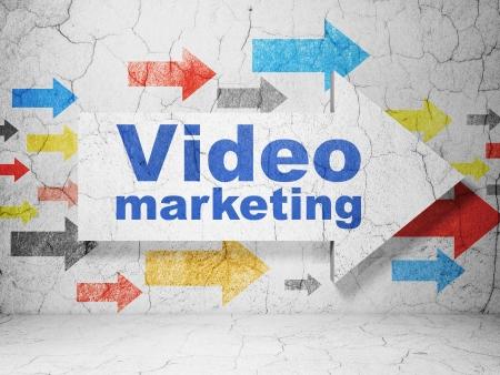 ビジネス コンセプト: グランジのビデオ マーケティングと矢印質感のコンクリートの壁の背景、3 d のレンダリング