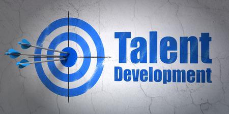 Concepto de la educaci�n de �xito: flechas golpear el centro de destino, Desarrollo de Talento azul en fondo de la pared, render 3D