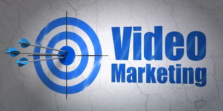 Success business concept: arrows hitting the center of target, Blue Video Marketing on wall background, 3d render Foto de archivo