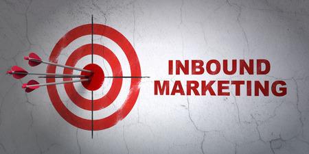 Erfolgsgeschäftskonzept: Pfeile Kollision mit der Mitte des Ziels, Rot Inbound Marketing an der Wand Hintergrund, 3d render