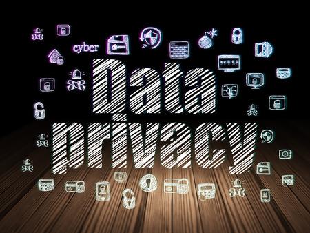 privacidad: concepto de privacidad: Se ilumina en el texto de privacidad de datos, a mano Iconos de la seguridad en el grunge habitación oscura con el suelo de madera, fondo negro, 3d