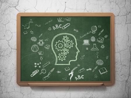 cerebro blanco y negro: Concepto de la educación: Tiza Cabeza verde con el icono de los engranajes en el fondo de la Junta Escolar con iconos de educación Esquema de mano dibuja Foto de archivo