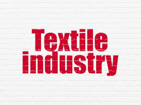 industria textil: Concepto Manufacuring: Pintadas texto rojo Industria Textil en el fondo blanco de la pared de ladrillo