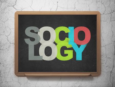 sociologia: Concepto de la educación: pintado multicolor Sociología de texto en el fondo de la Junta Escolar