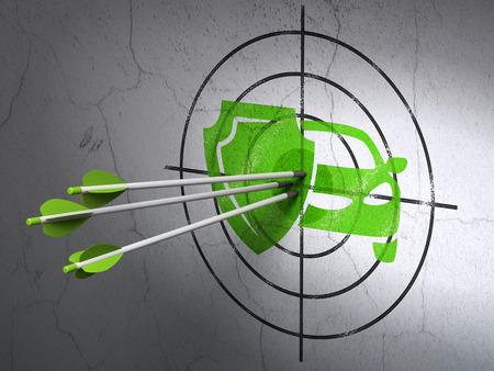 seguros: Seguros �xito concepto: flechas golpear el centro de Green Car y escudo blanco en la pared de fondo