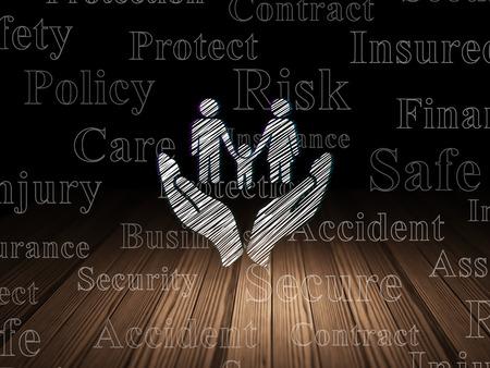 保険の概念: グランジ木製床、タグクラウドと黒の背景と暗い部屋で点灯する家族と手のひらアイコン