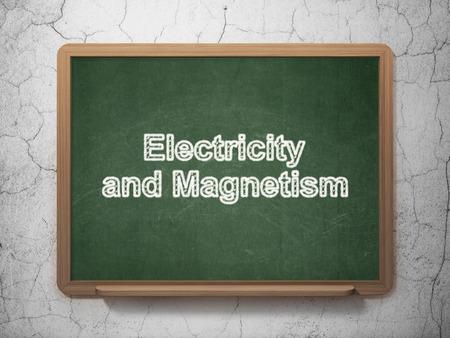 magnetismo: Concepto de la ciencia: la electricidad y el magnetismo de texto en la pizarra verde en la pared de fondo del grunge