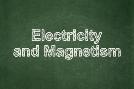 magnetismo: Concepto de la ciencia: la electricidad y el magnetismo de texto sobre fondo verde de la pizarra Foto de archivo
