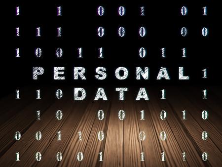 datos personales: Concepto de la información: Se ilumina en el texto de Datos Personales en el grunge habitación oscura con el suelo de madera, fondo negro con código binario