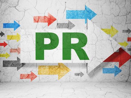 Werbekonzept: Pfeil mit PR auf Grunge texturierte Betonwand Hintergrund