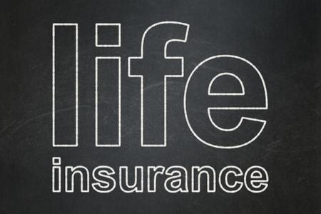 convivencia escolar: Concepto del seguro: Texto seguro de vida en el fondo pizarra Negro Foto de archivo