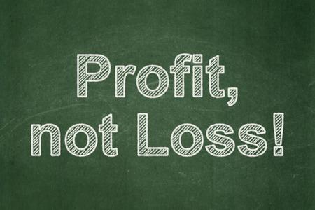 perdidas y ganancias: Concepto de las finanzas: Beneficio de texto, no la p�rdida! en el fondo verde de la pizarra