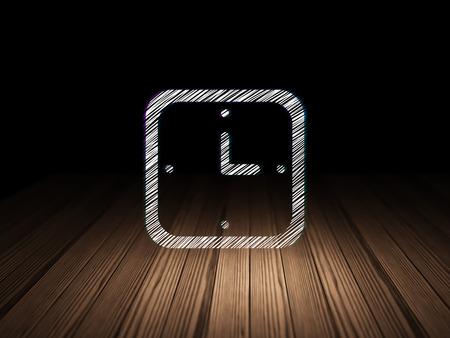 cronologia: Concepto de l�nea de tiempo: Se ilumina en el icono del reloj en el grunge habitaci�n oscura con el suelo de madera, fondo negro