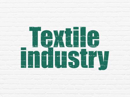 industria textil: Concepto de la industria: Pintado texto verde de la Industria Textil de ladrillo blanco pared de fondo