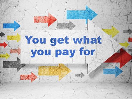 Business concept: flèche avec Vous obtenez ce que vous payez pour le grunge texture béton fond mur