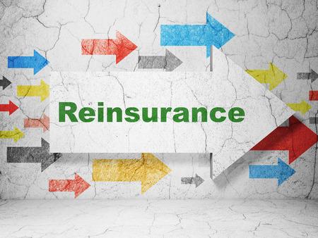 Versicherungskonzept: Pfeil mit Rückversicherung auf Schmutz maserte konkreten Wandhintergrund, Wiedergabe 3D Standard-Bild