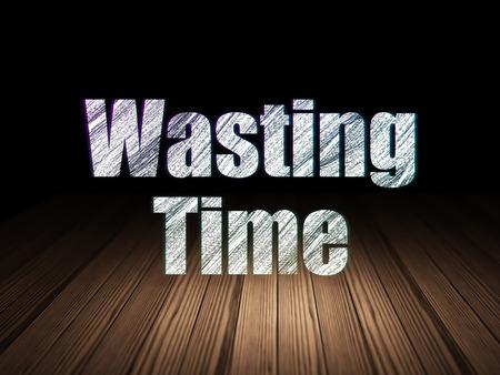 cronologia: Concepto de tiempo: Se ilumina en el texto de perder tiempo en el grunge habitación oscura con el suelo de madera, fondo negro