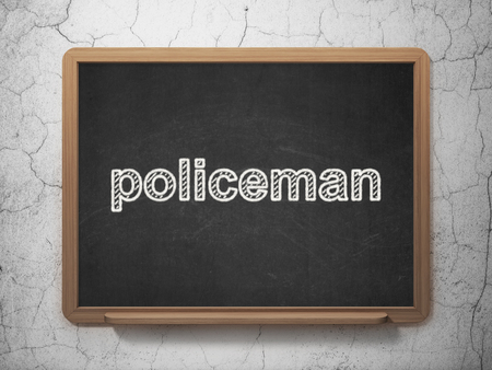 法の概念: グランジ壁背景に黒い黒板上のテキスト警官 3 D レンダリング