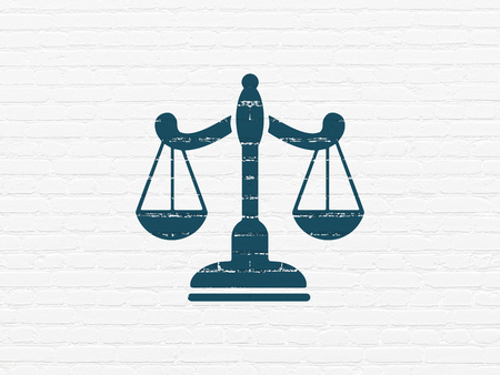 Concepto de ley: Pintado azul Icono de escalas en blanco Fondo de pared de ladrillo Foto de archivo
