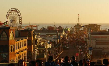 Crowded Santa Monica Pier. Photo taken from Colorado Ave from the bridge. Banque d'images