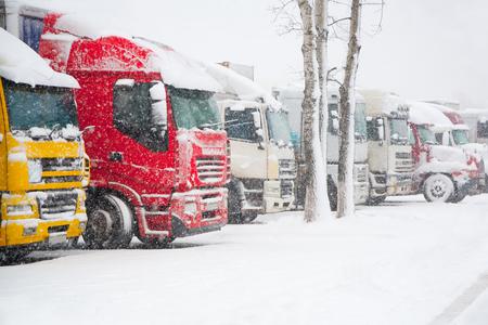 LKWs, die im strengen Wintersturm parken. Verkehrsverbot bei starkem Schneefall