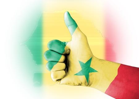 stock predictions: Pollice in su con digitale corpo dipinto bandiera Senegal