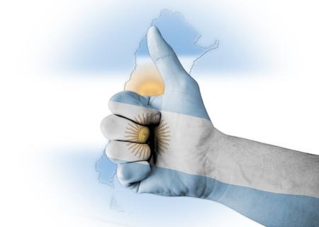 bandera argentina: Pulgar para arriba con el cuerpo pintado digitalmente Bandera de Argentina Foto de archivo
