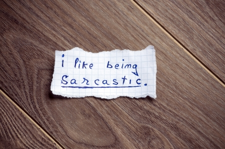 sarc�stico: Me gusta ser sarc�stico escrito en el pedazo de papel, sobre un fondo de madera