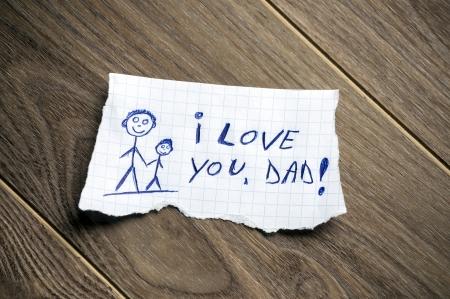 아빠가 나무 배경에 종이 조각에 서면, 당신을 사랑합니다 스톡 콘텐츠