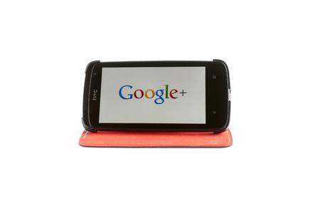 google plus: Bucarest, Rumania - 24 de enero 2014: La foto de Google+ en la pantalla del smartphone. Google+ (pronunciado y escrito a veces como Google Plus) es un servicio de red social y de la identidad que es propiedad y est� operado por Google Inc, 24 de enero 2014 en Bucarest, Rumania