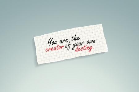 creador: Tú eres el creador de tu propio destino. Mano de texto escrito en un pedazo de papel de las matemáticas en un fondo azul.