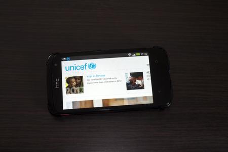 unicef: Bucharest, Romania - 5 Febbraio 2014: Foto di un dispositivo HTC Desire, mostrando il web sinistra.L UNICEF L'UNICEF � un programma delle Nazioni Unite, che fornisce assistenza umanitaria e di sviluppo a lungo termine per i bambini e le madri nei paesi in via di sviluppo. Editoriali
