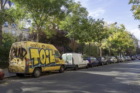 oct 31: Par�s, Francia - 31 de octubre: Calle de graffiti arte en un coche en la ciudad 31 de octubre de 2014 en Par�s, Francia