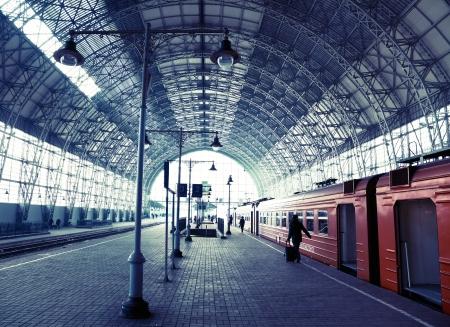 estacion de tren: Antigua estación de ferrocarril cubierto con trenes y siluetas de personas