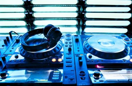 equipo de sonido: Mezclador de DJ con los auriculares en un club nocturno