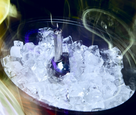 crystal bowl: Ice for cooling drinks and cocktails in a large cup at the bar