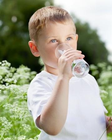 manos limpias: Ni?o que bebe el agua pura en la naturaleza