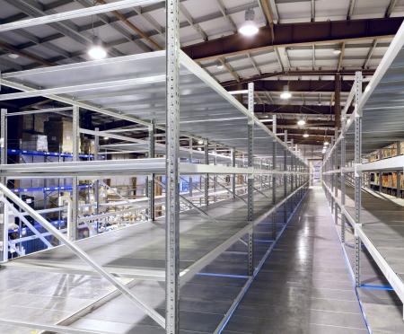 warehouse interior: Interno del nuovo e moderno spazio di magazzino in una stanza ben illuminata grande